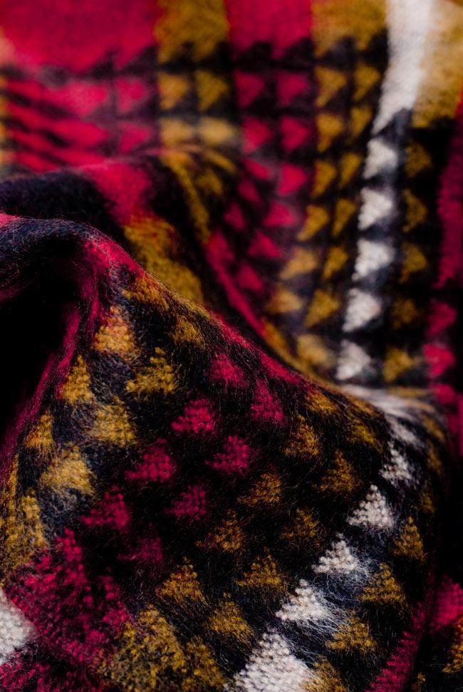 伝統ダッカ織りデザインのストール 4 - 波立たせてみました。生地が柔らかく空気を包み込んで暖かさを逃しません。