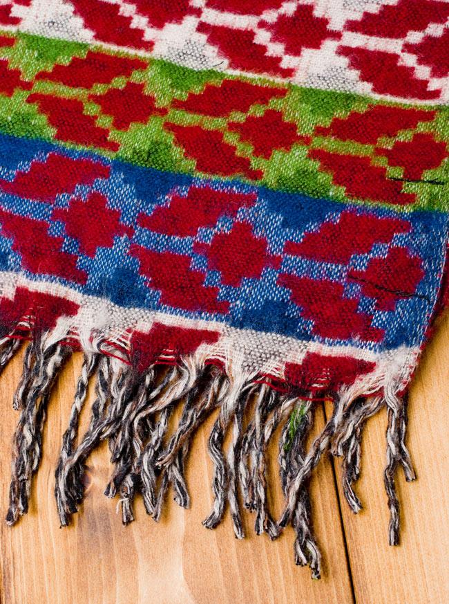 伝統ダッカ織りデザインのストールの写真2 - フリンジの部分を見てみました。ふわふわして気持ちいいストールです。