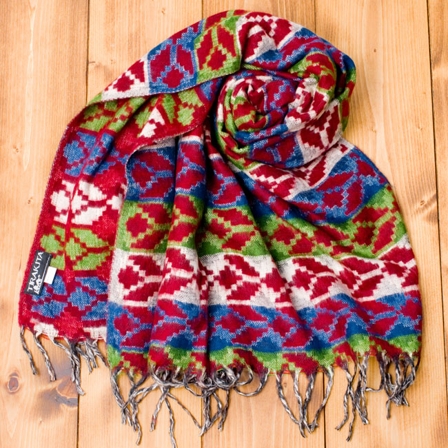 伝統ダッカ織りデザインのストールの写真3 - 巻いてみました。エスニックなデザインと品のある色使いが素敵ですね。