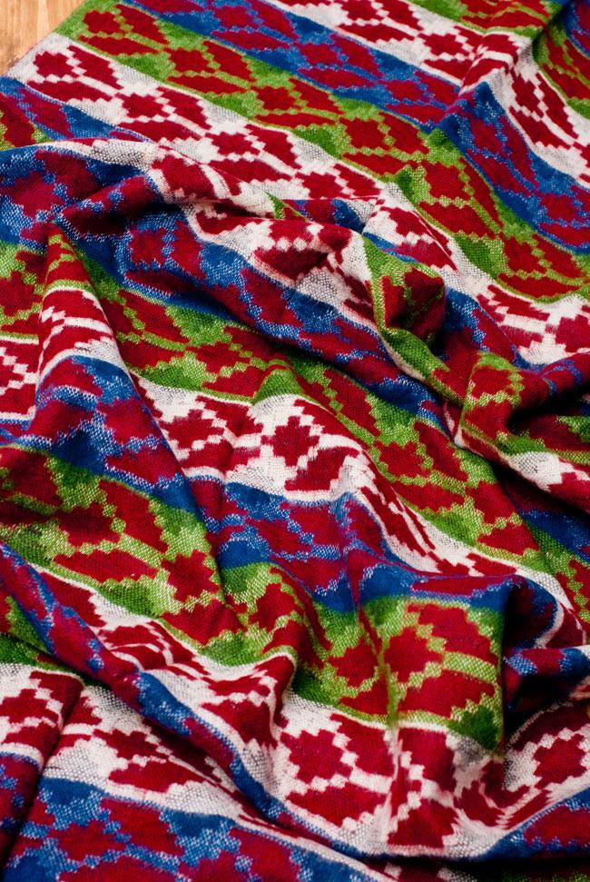 伝統ダッカ織りデザインのストールの写真4 - 波立たせてみました。生地が柔らかく空気を包み込んで暖かさを逃しません。