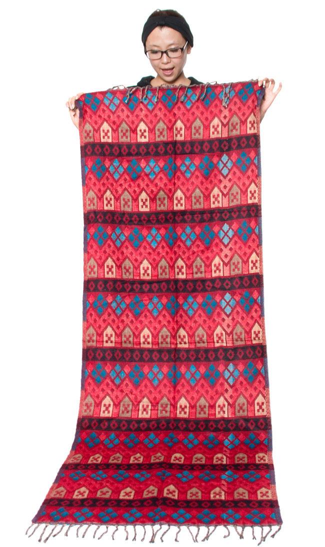 伝統ダッカ織りデザインのストールの写真7 - 大きさの参考にモデルさんが同じ大きさのストールを持って見ました。