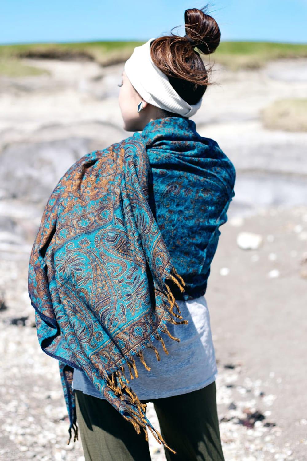 〔210cm×95cm〕インドの伝統柄大判ストール・ショール - 青紫系 7 - 表面と裏面では色合いの明暗が反転するので、この表裏の明暗の違いが素敵なアクセントになります。