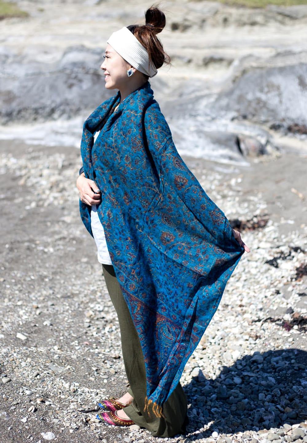〔210cm×95cm〕インドの伝統柄大判ストール・ショール - 青紫系 9 - サイズはとても大きいので、暖かく身体を包んでくれます。(以下の写真は同ジャンル品のものになります。)