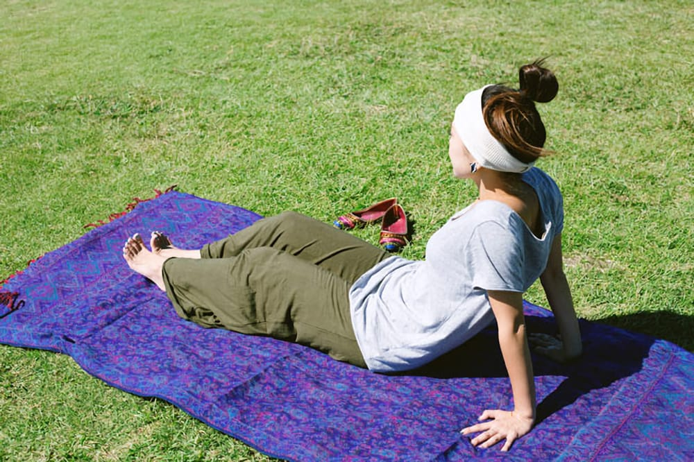 〔210cm×95cm〕インドの伝統柄大判ストール・ショール - 青緑系 8 - 少し汚れるのをわりきれば、芝生にヨガやお昼寝用に敷くといった使い方にもお使いいただけます。陽の光を受けてポカポカと気持ち良いですよ。