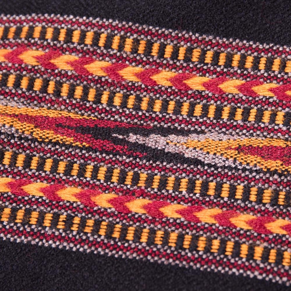〔224cm×96cm〕ヒマラヤ山麓のクル地方伝統の大判ショール - ブラック 2 - 柄の拡大写真です。緻密に織られています。