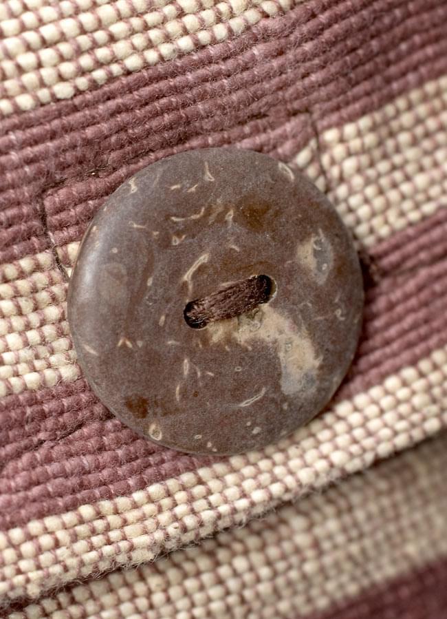 ワイドショルダーバック 茶 3 - 表面のポケットにはボタンがあしらわれています(開閉はマジックテープ式です)