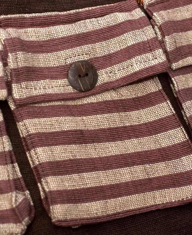 ワイドショルダーバック 茶 4 - 表面のポケットの写真です。