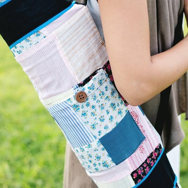 パッチワークのコットン ヨガマットバッグ【ストラップ オフホワイト】 5 - 小物入れが付いているので、お出かけに便利ですよ。