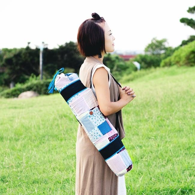 パッチワークのコットン ヨガマットバッグ【ストラップ 白】の写真3 - 肩にかけるとこんな感じです