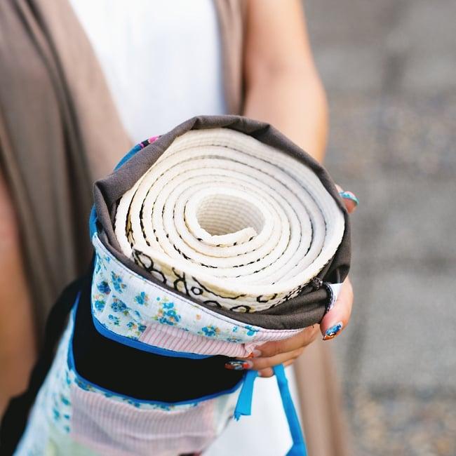 パッチワークのコットン ヨガマットバッグ【ストラップ 白】の写真8 - 【全長:約173cm 幅:約61cm 厚さ:約6mm】のマットを試しに入れてみたところです。