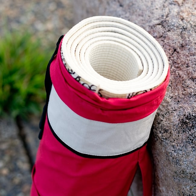 シンプルコットン ヨガマットバッグ【赤】 8 - 【全長:約173cm 幅:約61cm 厚さ:約6mm】のマットを試しに入れてみたところです