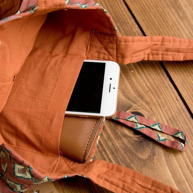 インド綿のトートバッグ 【ピンク・小柄】の写真9 - 携帯電話やキーケースがすっぽり入る内ポケット付き!