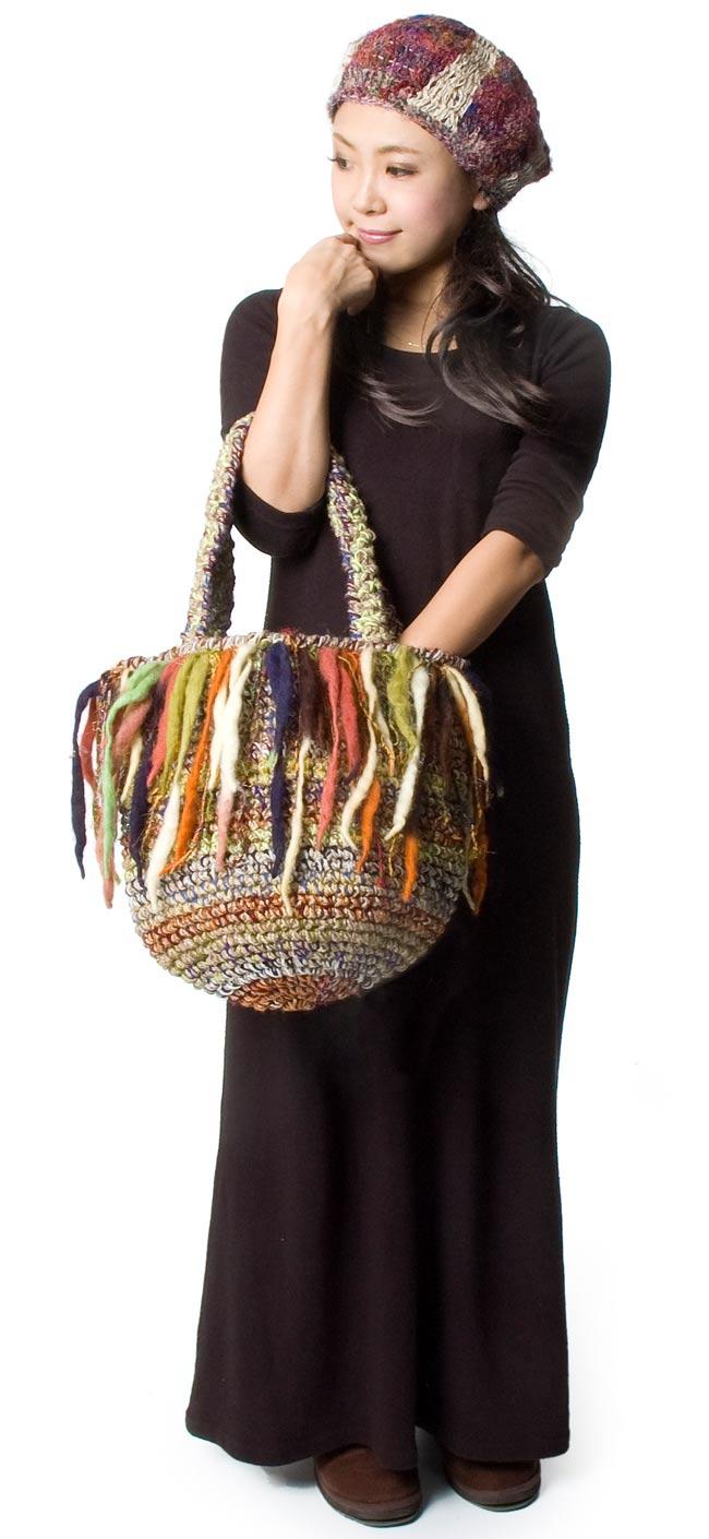 ウールとヘンプのハンドバッグの写真5 - 大きさを感じて頂くため、モデルさんに持ってもらいました