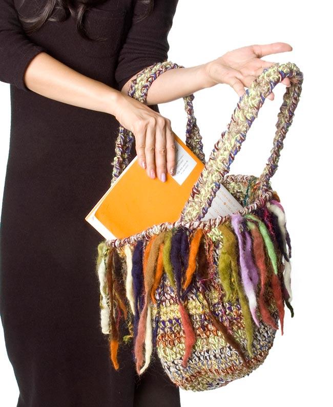 ウールとヘンプのハンドバッグの写真6 - A4の本などもしっかり入ります!