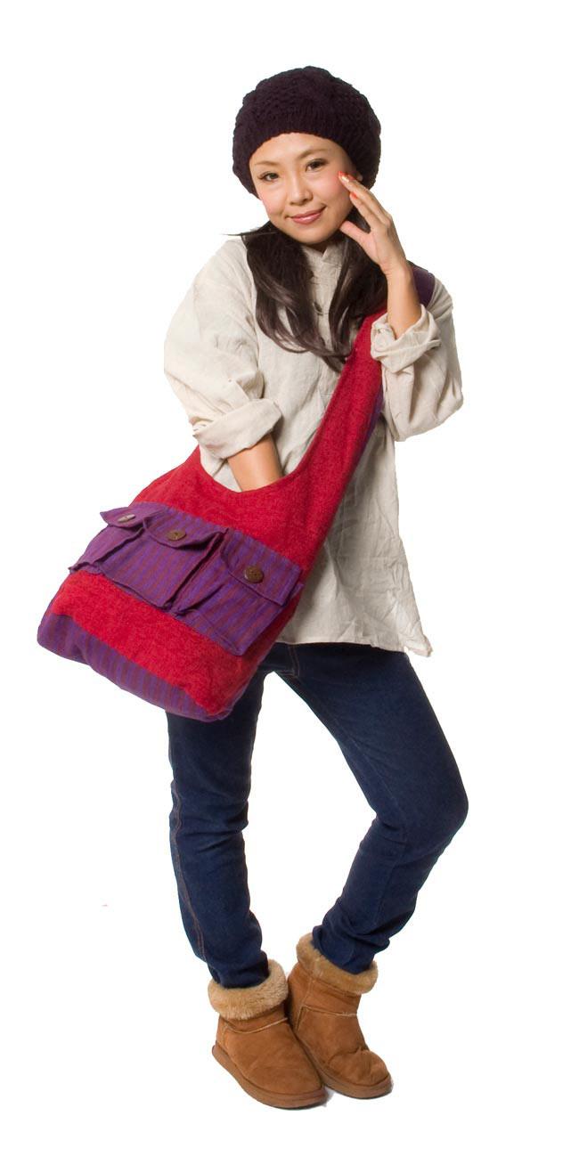 ワイドショルダーバック - 赤x黒オレンジ 3 - 似た色の商品をモデルさんが肩から掛けてみました。