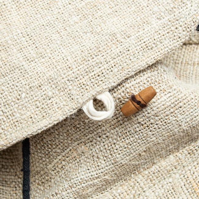 ヘンプ素材の大きなバックパック - ナチュラル 4 - トップカバーはボタンで止めます。
