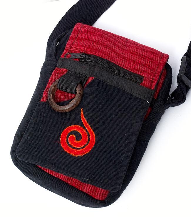 4ポケットトライバル刺繍ポシェット - 黒×赤の写真2 - 拡大です