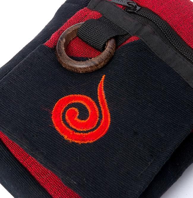 4ポケットトライバル刺繍ポシェット - 黒×赤の写真3 - 更に拡大