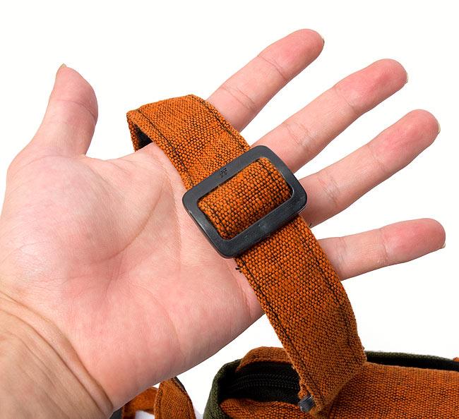 4ポケットトライバル刺繍ポシェット - 黒×赤の写真5 - 肩紐の長さもちゃんと調整できます