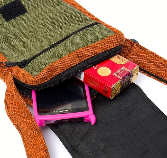 4ポケットトライバル刺繍ポシェット - 黒×赤の写真6 - たばこや携帯もすっぽりはいりますよ