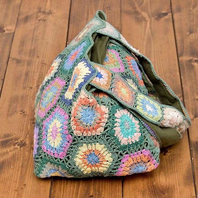お花刺繍のショルダーバッグ【山型】グリーン 3 - 刺繍部分をアップにしてみました。手作りの為、細かい配色はそれぞれ異なりますが、どれもとってもかわいいです^^