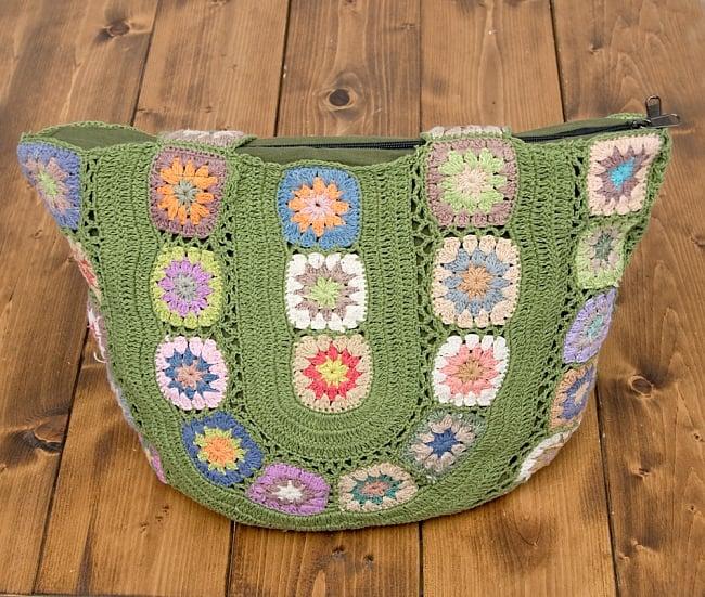 お花刺繍のショルダーバッグ グリーン(ジッパータイプ)の写真2 - 刺繍部分をアップにしてみました。