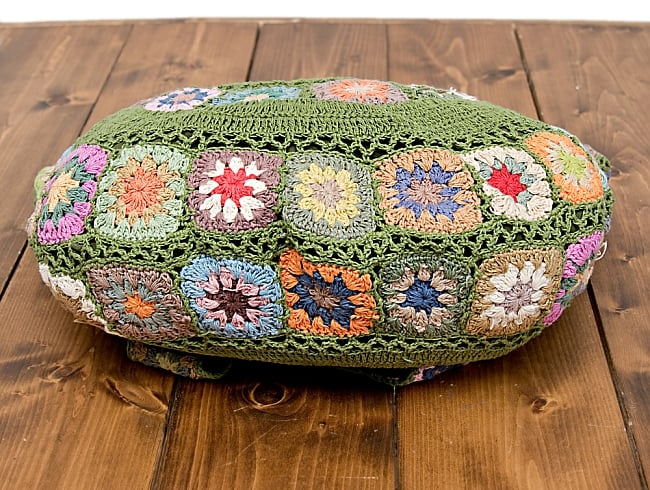 お花刺繍のショルダーバッグ グリーン(ジッパータイプ)の写真6 - 持ちて部分にも刺繍がついていて可愛いです。