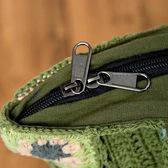 お花刺繍のショルダーバッグ グリーン(ジッパータイプ)の写真7 - ジッパー式で、内部にも小さなポケットがあります。
