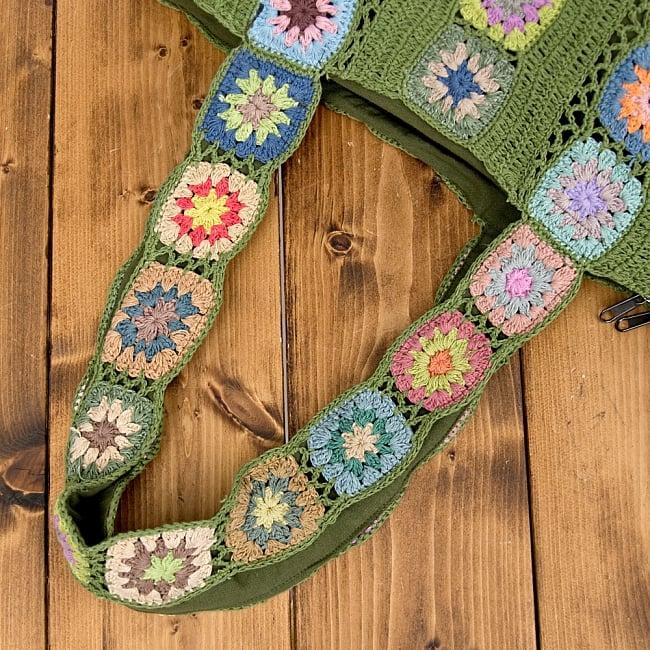 お花刺繍のショルダーバッグ グリーン(ジッパータイプ)の写真8 - 肩にかけてみるとこれくらいの大きさ。