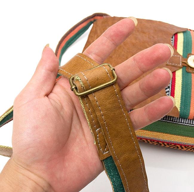 エスノ刺繍とハンドメイドレザーのショルダーバッグ - 緑 4 - このような金具で調節可能です