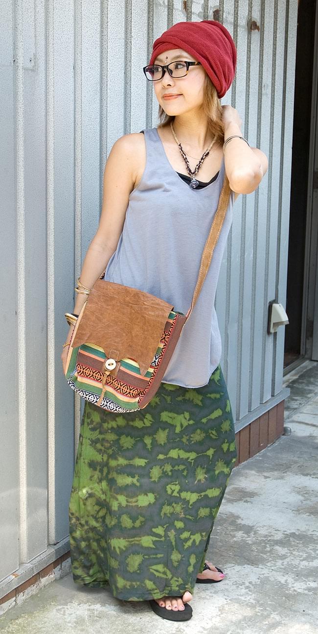 エスノ刺繍とハンドメイドレザーのショルダーバッグ - 緑 6 - モデルさんにつけてもらいました。お散歩などにぴったりですね