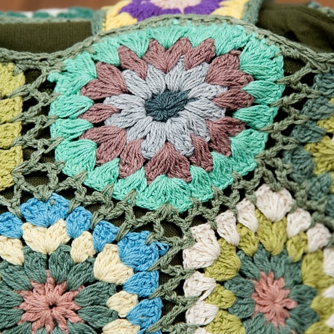 お花刺繍のショルダーバッグ【山型・小】グリーン 3 - 刺繍部分をアップにしてみました。手作りの為、細かい配色はそれぞれ異なりますが、どれもとってもかわいいです^^
