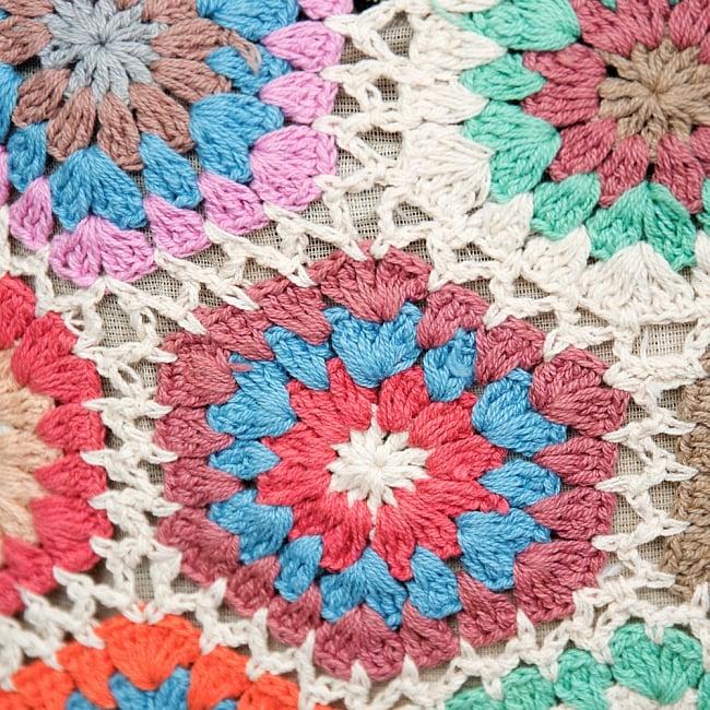 お花刺繍のショルダーバッグ ライトグリーンの写真3 - 真横から撮影してみました。横からみるとお花刺繍がよくわかって可愛いです。