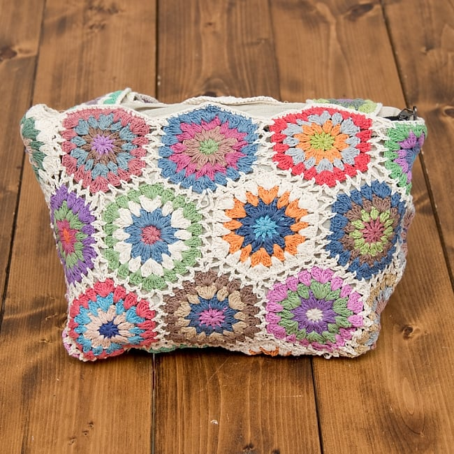 お花刺繍のショルダーバッグ ライトグリーンの写真5 - お花デザインがとてもかわいらしい印象です。
