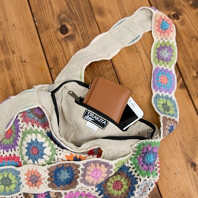 お花刺繍のショルダーバッグ【山型・小】アイボリーの写真9 - 携帯やキーケースがすっぽり入る大きめの内ポケット付き!