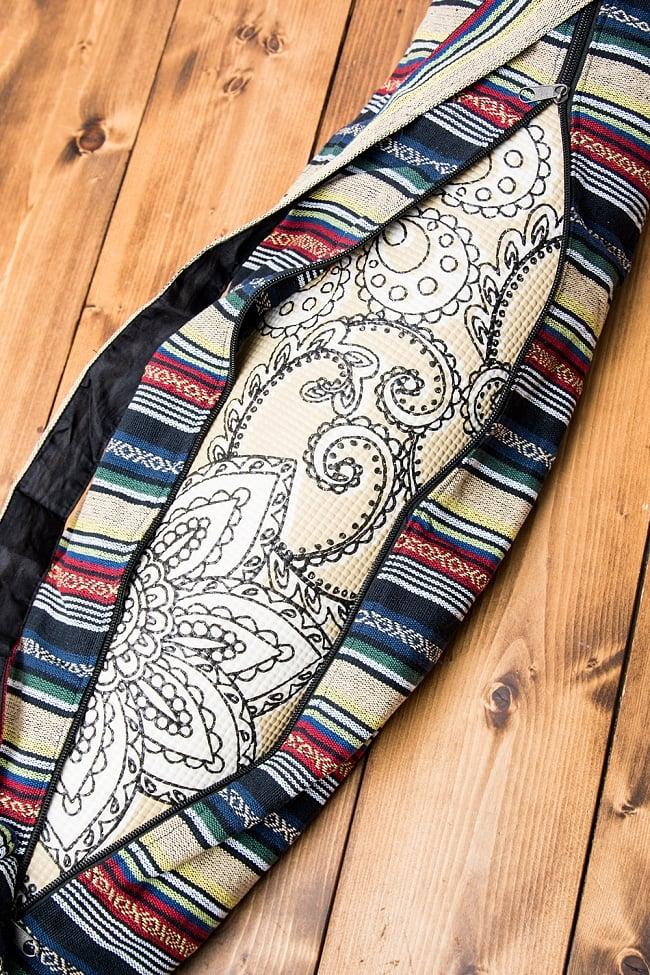 [ジッパータイプ]ネパール織り布のヨガマットバッグ 4 - 裏面はジッパーが大きく開いてヨガマットを容易に取り出すことができます。