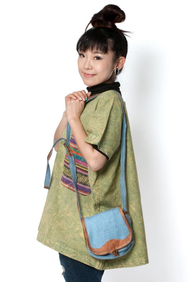 手作りフェルトとレザー製ポシェット - 水色 6 - モデルさんにもってもらったところです。フェルト独特の優しい雰囲気で、様々な服に合わせやすいですよ。