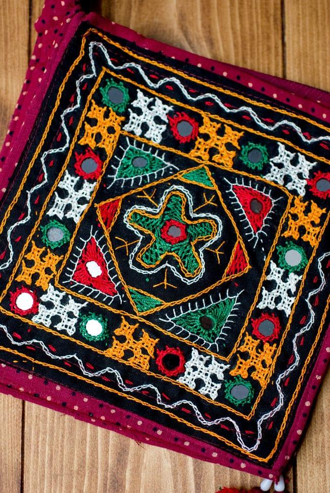 カッチ刺繍のポシェット - しかく型 2 - カバン部分を見てみました。エスニックなデザインが可愛いですね。