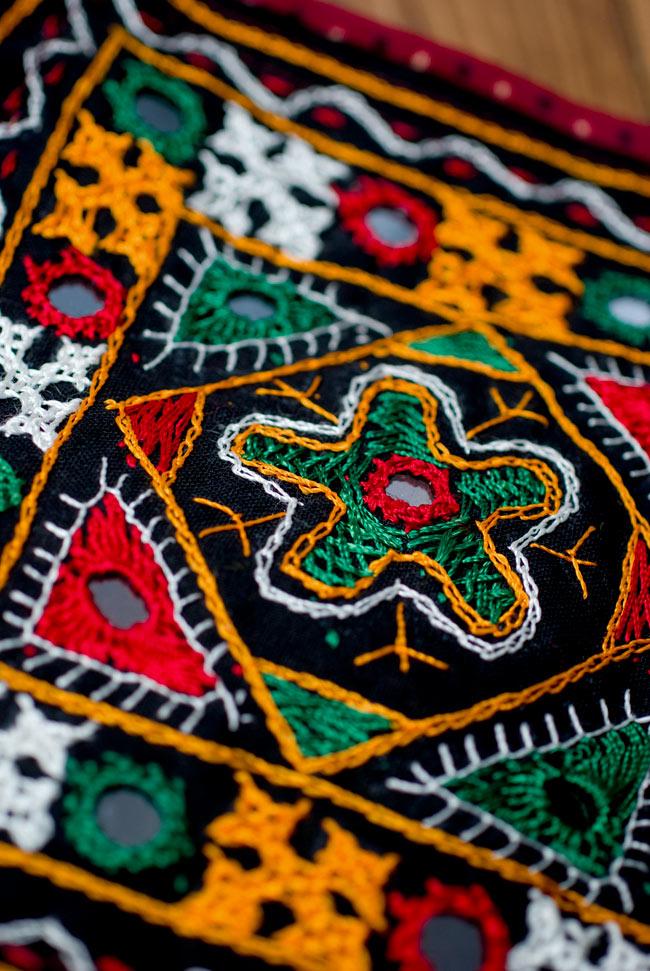 カッチ刺繍のポシェット - しかく型 3 - 近くに寄ってみました。複雑な刺繍が施されています。