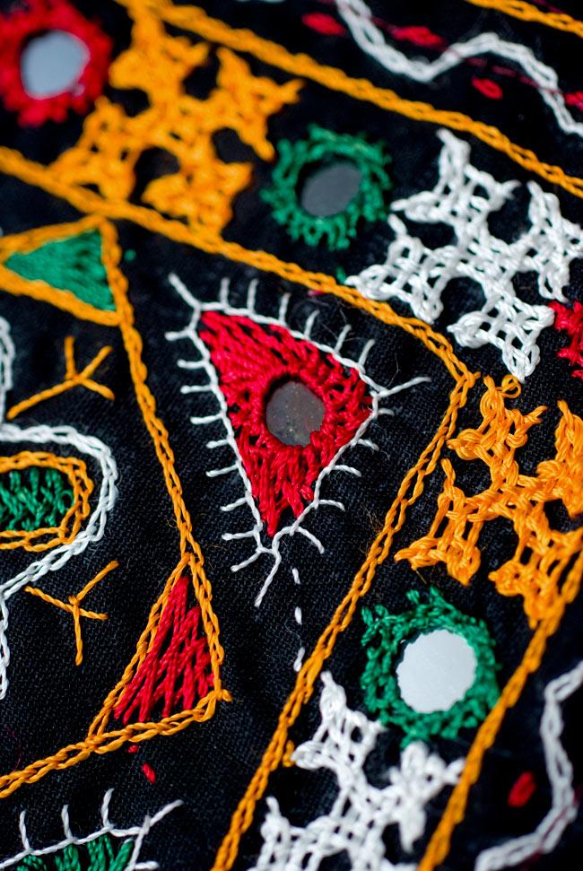 カッチ刺繍のポシェット - しかく型 4 - さらに拡大してみました。柔らかな質感が魅力的です。