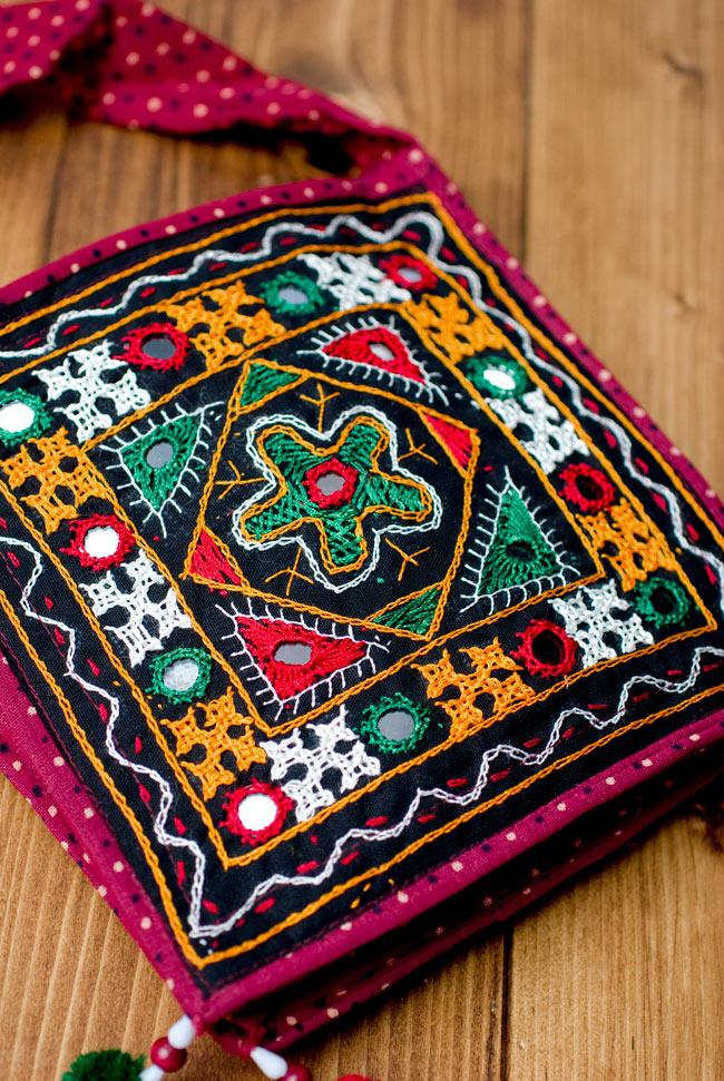 カッチ刺繍のポシェット - しかく型 7 - 裏面にも同様に刺繍が施されています。