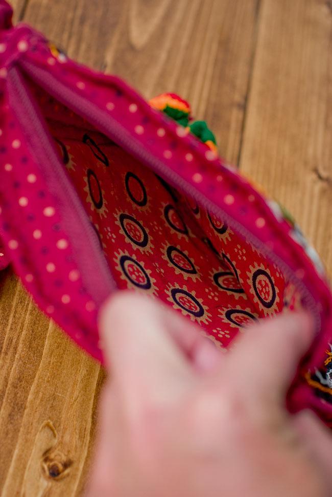 カッチ刺繍のポシェット - しかく型 9 - 中の布地はこのような雰囲気です。