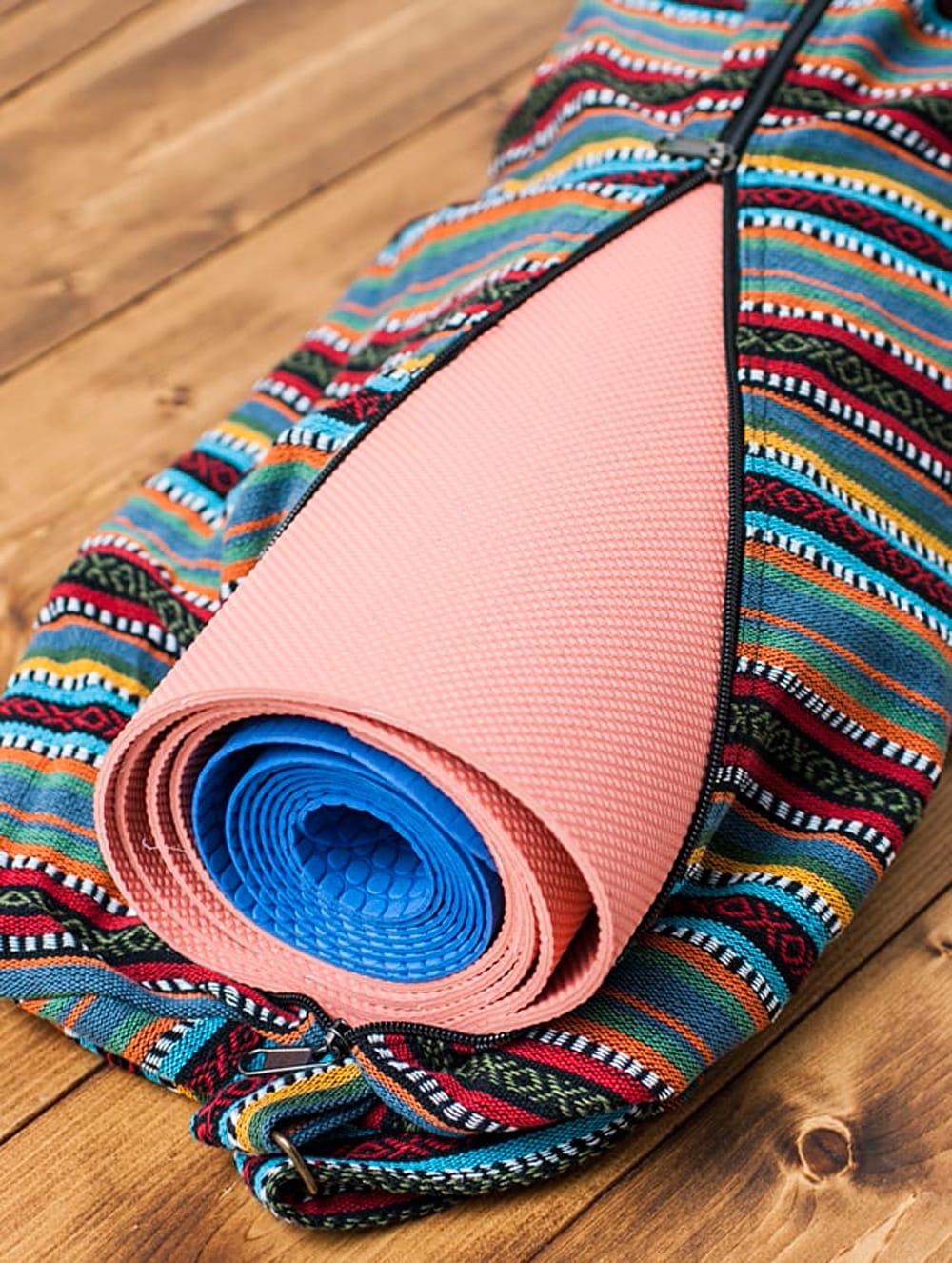 【大サイズ】ネパール織り布のヨガマットバッグ 11 - 一般的な厚みとサイズのヨガマットなら2枚入れることができます。