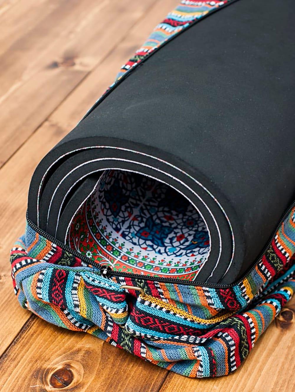 【大サイズ】ネパール織り布のヨガマットバッグ 7 - 厚さ9mm、長さ160cmのヨガマットを入れてみたところです。ご覧の通りゆるく巻いていますがすっぽりと簡単に入りました。この巻き方でもまだ余裕があったので、もう少し厚みがあっても入りそうです。