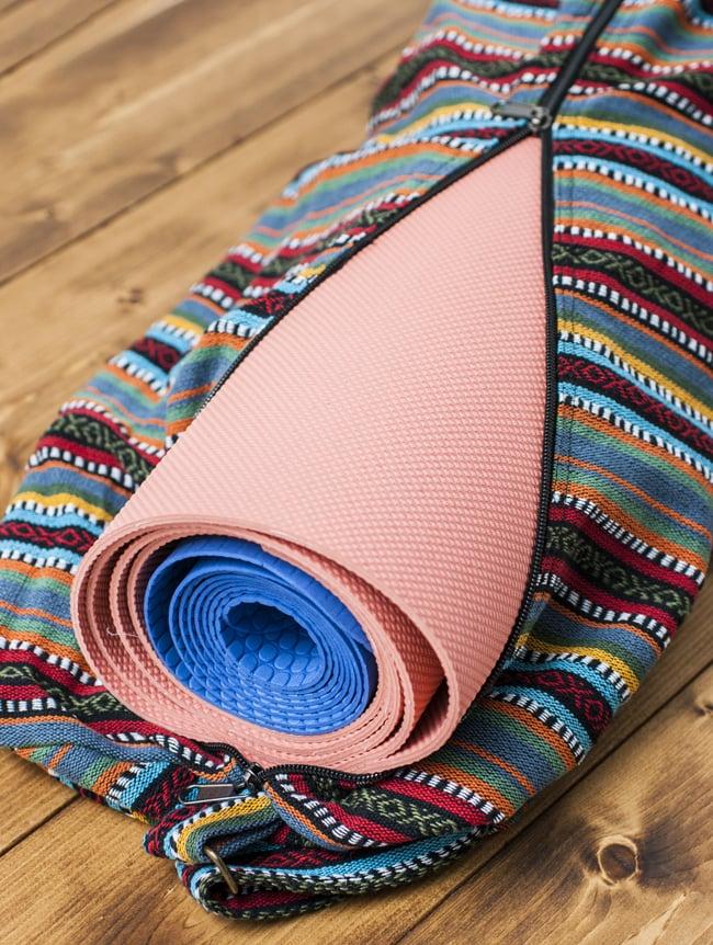 【大サイズ】ネパール織り布のヨガマットバッグの写真11 - 一般的な厚みとサイズのヨガマットなら2枚入れることができます。