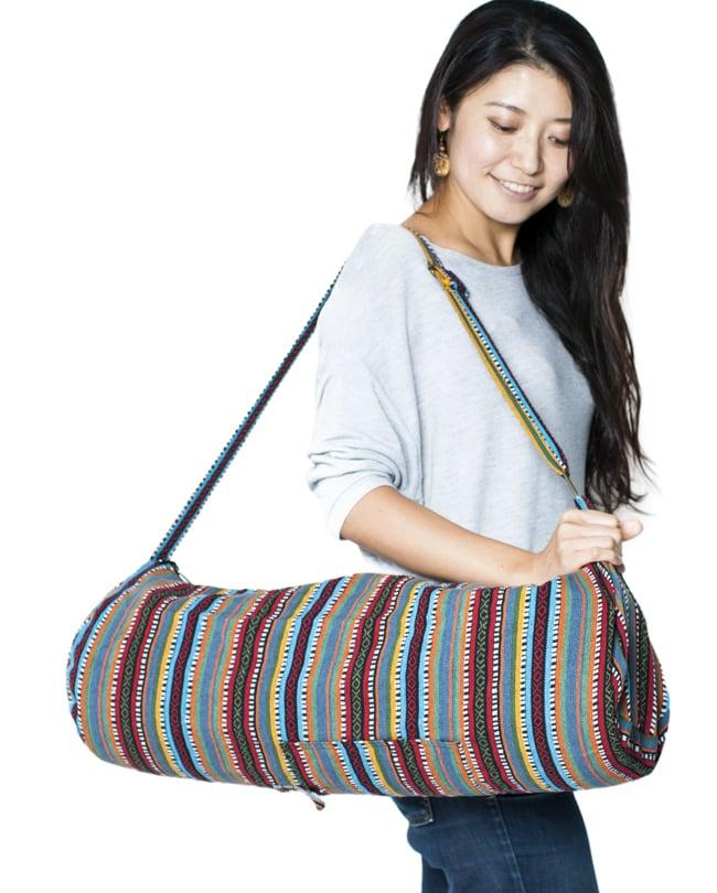 【大サイズ】ネパール織り布のヨガマットバッグの写真12 - 色違いの商品をモデルさんが持ってみました。