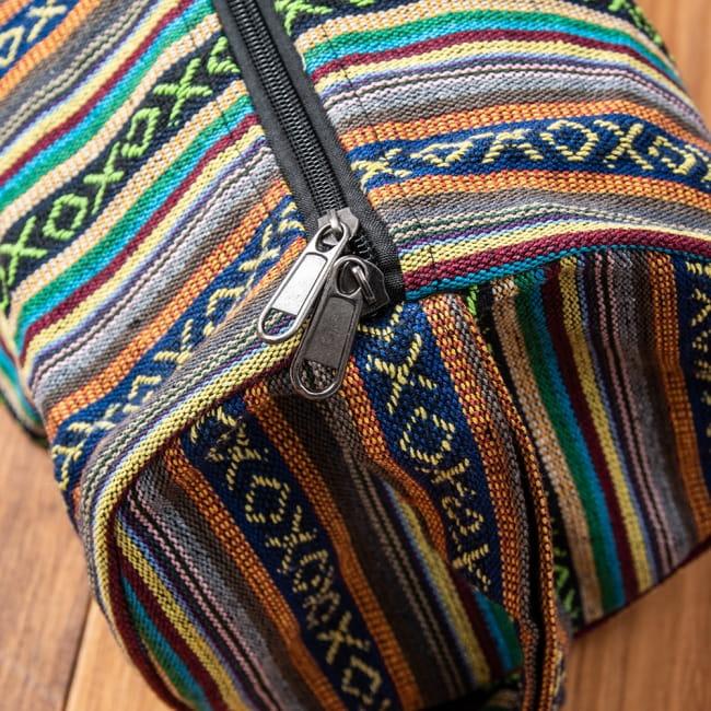 【大サイズ】ネパール織り布のヨガマットバッグの写真5 - 以前は収納口が、紐で結ぶタイプでしたがファスナー収納に改良いたしました!ファスナーの色などは入荷時期により異なります。(以下の写真は、色違いの商品の写真となります)
