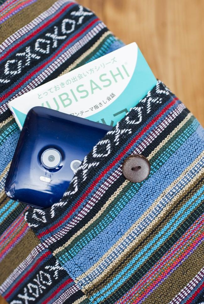 【大サイズ】ネパール織り布のヨガマットバッグ 9 - ポケット収納に本とスマホを入れてみたところです。一緒に持ち運びたい小物を入れるのに便利。ボタンで留めておくことができます。