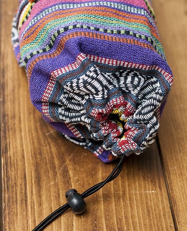 ネパール織り布のヨガマットバッグの写真3 - 収納口は紐で巾着式に絞れます。