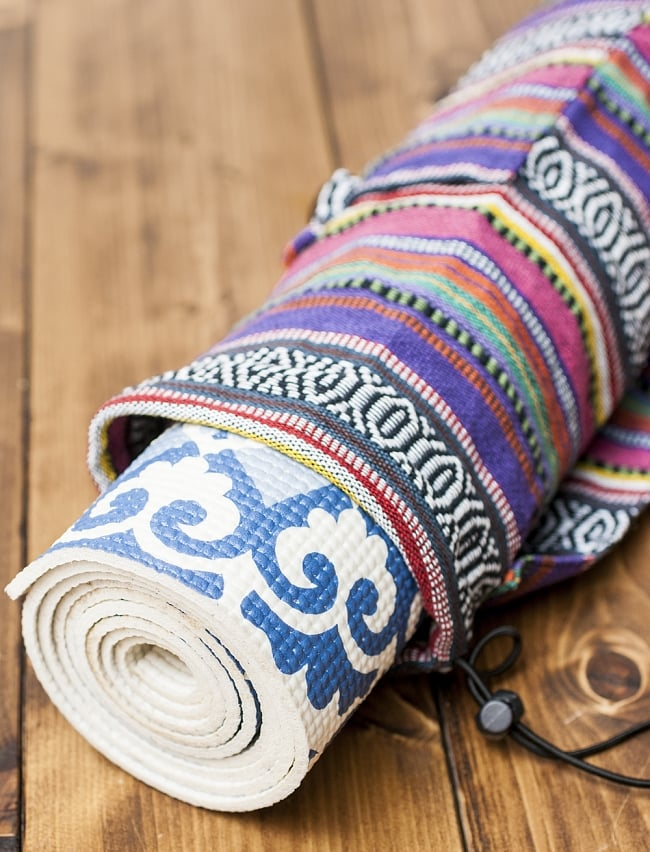ネパール織り布のヨガマットバッグの写真7 - 入れてみたヨガマットはサイズ:約173cm ×約61cm 厚さ:約5mmのものです。こちらのサイズのヨガマットがちょうどぴったり入りました
